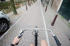 乘驾自行车 免版税图库摄影