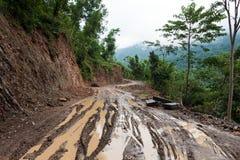 乘驾通过泥泞的土路 库存图片