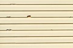 乙烯基从雹暴的房屋板壁故障 免版税库存照片