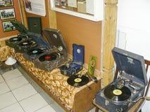乙烯基圆盘老录音机  留声机和留声机在箱子 免版税图库摄影
