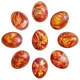 九个用杂草叶子版本记录洗染和装饰的红色复活节彩蛋洋葱皮隔绝在白色背景 免版税库存图片