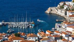九头蛇海岛小游艇船坞的看法,希腊 自然 免版税库存图片