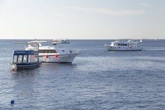 九条下潜小船来临到消遣潜水者 库存照片