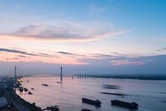 九江缆绳停留了在日落的桥梁 库存图片