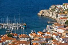 九头蛇海岛,爱琴海的游艇小游艇船坞顶视图  免版税库存照片