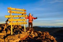 乞力马扎罗山顶的-坦桑尼亚,非洲远足者 免版税图库摄影