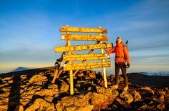 乞力马扎罗山顶的-坦桑尼亚,非洲远足者 库存照片