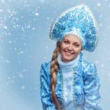 也作为收集玩偶已知的未婚俄国snegourochka雪 美丽的纵向微笑的冬天妇女年轻人 免版税库存照片
