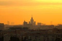 也底部大厦城市建筑火大量图象通过数烟雾日出培训的现代莫斯科下 库存照片