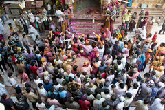 Holi印第安印度节日Shri Dwarkadhish寺庙,马图拉印度- 2013年3月27日-庆祝在寺庙里面的人们holi 免版税库存照片