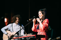 也称Naviba的白俄罗斯语制片者流行音乐二重奏NAVI的音乐会 免版税库存照片