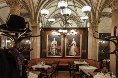 维也纳人的咖啡馆内部 免版税库存图片