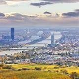 维也纳和多瑙河都市风景在秋天在黄昏 免版税图库摄影