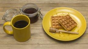 维也纳奶蛋烘饼用杯子咖啡和蜂蜜 库存照片