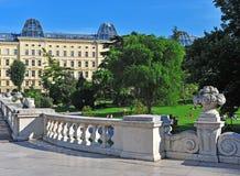 维也纳市公园夏天视图  库存图片