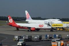 维也纳机场的中华航空公司747-400和Niki a320 免版税库存图片