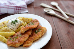 维也纳炸小牛排用煮的土豆 库存照片