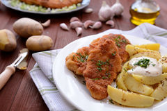 维也纳炸小牛排用煮的土豆 库存图片