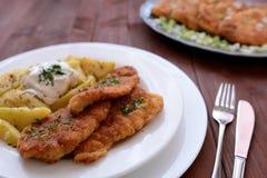 维也纳炸小牛排用煮的土豆 免版税库存图片