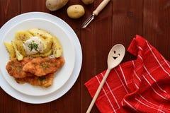 维也纳炸小牛排用煮的土豆 图库摄影