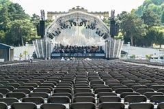 维也纳爱乐乐团排练在Schonbrunn庭院里,维也纳 免版税库存照片