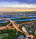 维也纳都市风景和多瑙河 免版税库存照片