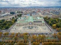 维也纳,奥地利-双十国庆, 2016年:奥地利议会大厦、Rathaus和博物馆有宫殿的在背景中 维也纳多数popula 免版税库存照片