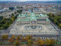 维也纳,奥地利-双十国庆, 2016年:奥地利议会大厦、Rathaus和博物馆有宫殿的在背景中 维也纳多数popula 库存照片