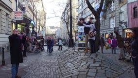 维也纳,奥地利- 12月,做照片和selfies的24个, 2016个游人临近著名表现主义Hundertwasser议院 免版税库存照片