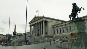维也纳,奥地利- 12月, 24个奥地利人议会大厦在一多云天 免版税库存图片