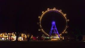 维也纳,奥地利- 12月, 24个著名Prater熏肉香肠Riesenrad弗累斯大转轮晚上 普遍的旅游目的地 免版税图库摄影