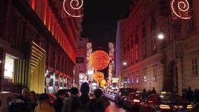 维也纳,奥地利- 12月, 24圣诞节在晚上装饰了旅游街道 美好的假日照明 库存照片