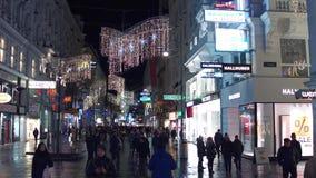 维也纳,奥地利- 12月, 24圣诞节在晚上装饰了步行街道 有丰足的普遍的旅游地方 库存图片