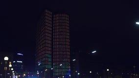 维也纳,奥地利- 2016年12月, 24日 有启发性高层办公大楼在晚上 库存照片