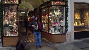 维也纳,奥地利- 2016年12月, 24日 街道音乐家使用bayan 免版税库存照片