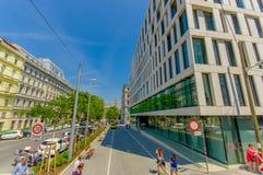 维也纳,奥地利- 2015年8月11日, :一美好的晴天,混杂的老和新的achitecture的街道视图 库存照片