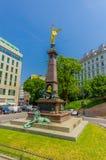 维也纳,奥地利- 2015年8月11日, :利本伯格纪念碑,与金黄人的壮观的高雕象在上面 图库摄影