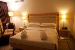 维也纳,奥地利- 2017年4月30日, :加长型的床在有一张躺椅的一间豪华旅馆屋子在顶楼房屋随员在 免版税库存照片
