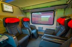 维也纳,奥地利- 2015年8月11日, :在火车的里面业务分类就座区域,大黑皮革位子 库存图片
