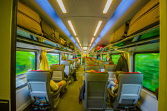 维也纳,奥地利- 2015年8月11日, :在火车的里面经济舱就座区域,优等的舒适的内部 库存图片