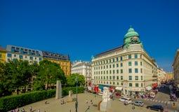 维也纳,奥地利- 2015年8月11日, :在著名萨赫酒店附近位于的广场由美好的建筑学sorrounded和 免版税库存图片