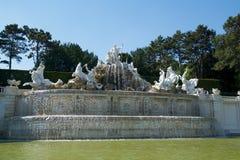 维也纳,奥地利- 2017年4月30日, :在Schoenbrunn公园伟大的分配为花坛的区域的海王星喷泉Neptunbrunnen  库存照片