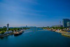 维也纳,奥地利- 2015年8月11日, :多瑙河如被看见从维也纳市桥梁、美丽的蓝天和壮观的看法 免版税库存照片