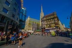 维也纳,奥地利- 2015年8月11日, :有它意想不到的建筑学和塔的,看的白天St斯蒂芬斯大教堂 库存图片