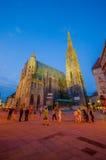 维也纳,奥地利- 2015年8月11日, :有它意想不到的建筑学和塔的St斯蒂芬斯大教堂,被看见晚上 免版税图库摄影