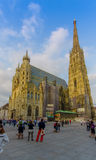 维也纳,奥地利- 2015年8月11日, :有它意想不到的建筑学的St斯蒂芬斯大教堂和塔在一个晴天 库存照片