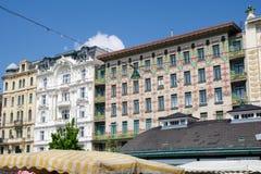 维也纳,奥地利- 2017年4月30日, :有它的花卉装饰的色彩强烈议院Majolikahaus在Naschmarkt附近 免版税库存照片
