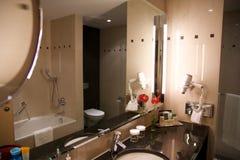 维也纳,奥地利- 2017年4月28日, :有现代样式装饰的豪华旅馆卫生间内部和高级家具 免版税库存图片