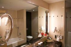 维也纳,奥地利- 2017年4月28日, :有现代样式装饰的豪华旅馆卫生间内部和高级家具 库存图片