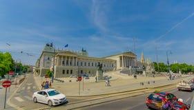 维也纳,奥地利- 2015年8月11日, :美丽的门面和议会大厦前面看法与壮观的 免版税库存照片